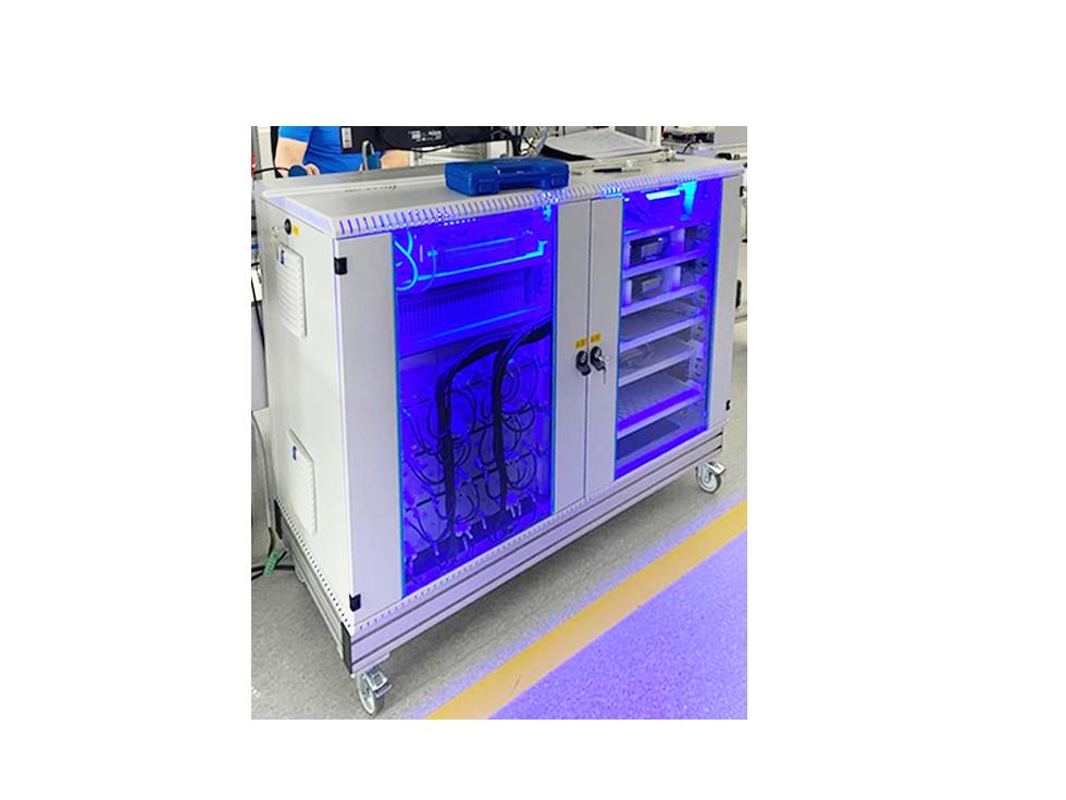 Schaltschrank mit blauen LEDs